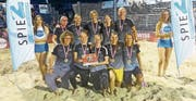 Die Beach Kings Emmen feiern ihre Silbermedaille.Bild: PD (Spiez, 17. August 2019)