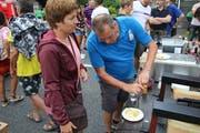Die Besucher konnten am Strassenfest vom 17. August 2019 auch kulinarische Spezialitäten der Sisiger Gastronomie degustieren. (Bild: Bruno Arnold, Sisikon, 17. August 2019)