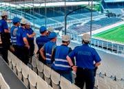 Vertreter der Zuger Blaulichtorganisationen lassen sich orientieren. (Bilder: Andreas Busslinger)