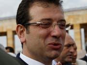 Istanbuls Bürgermeister Ekrem Imamoglu von der linksliberalen Partei CHP kritisierte, es sei inakzeptabel, demokratisch gewählte Bürgermeister abzusetzen und so den Willen des Volkes zu ignorieren. (Bild: KEYSTONE/AP/BURHAN OZBILICI)