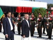 Der afghanische Präsident Ghani (Mitte) erklärte, das Ziel der Regierung sei es, Verstecke der Terrormiliz Islamischer Staat (IS) im Land zu vernichten. Die IS-Miliz hatte sich zu dem schweren Anschlag am Wochenende in Kabul bekannt. (Bild: KEYSTONE/EPA AFGHANISTAN PRESIDENTIAL PALA)