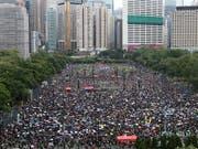 Mehr als eine Million Demonstranten sind in Hongkong erneut auf die Strasse gegangen. US-Präsident Donald Trump hat China davor gewarnt mit Gewalt gegen die Proteste vorzugehen. (Foto: Jerome Favre/EPA) (Bild: KEYSTONE/EPA/JEROME FAVRE)