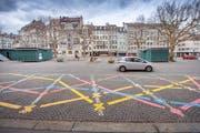 Der St.Galler Marktplatz ohne die Ende März aufgehobenen Parkplätze. Als provisorische Aufwertungsmassnahmen gab's Blumenkisten, eine originelle Sitzbank und farbige Spielmarkierungen. (Bild: Urs Bucher - 8. April 2019)
