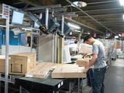Nur ein Viertel der Schweizer will innerhalb des nächsten Jahres den Job wechseln: Ein Mann arbeitet in einem Postsortierzentrum (Archivbild). (Bild: KEYSTONE/GAETAN BALLY)