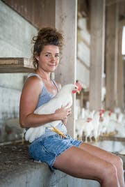 Andrea Brühlmann aus Winden liess sich für den Bauern-kalender 2018 ablichten. (Bild: Andrea Stalder)