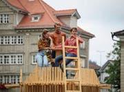 In Trogen geht es auch mal hoch hinauf: Schauspielerin Rachel Braunschweig, Regisseur Hans-Christian Hasselmann (Mitte) und Schauspieler Manuel Löwensberg proben einen Dialog auf dem Landsgemeindeplatz. (Bild: Adriana Ortiz Cardozo)