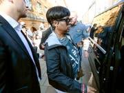 Zum Prozess angereist: Renee Black, die Mutter von Asap Rocky, verlässt das Bezirksgericht in Stockholm. (Bild: KEYSTONE/EPA TT NEWS AGENCY/FREDRIK PERSSON/TT)