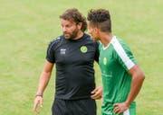 Trainer Heris Stefanachi spricht mit dem Neuzugang Atila Araujo Prado. (Bild: Felix Mätzler)