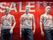 Sommer-Rabatte auf Kleider und Schuhe haben im Juli das Preisniveau in der Schweiz gedrückt. (Bild: KEYSTONE/SALVATORE DI NOLFI)
