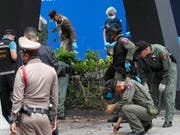 Spurensuche nach den Explosionen in Bangkok. (Bild: KEYSTONE/EPA/RUNGROJ YONGRIT)