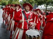 Das Winzerfest in Vevey, das nur alle rund zwanzig Jahre stattfindet, bricht bereits zur Halbzeit alle Besucherrekorde. Im Bild eine Tambour-Gruppe aus Basel, die am letzten Sonntag am Cortège in Vevey teilgenommen hat. (Bild: KEYSTONE/VALENTIN FLAURAUD)