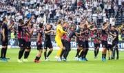Die Spieler von Eintracht Frankfurt feiern den Einzug in die 3. Quali-Runde der Europa League. (Bild: Keystone)