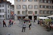 Wurde kürzlich neu gepflästert: Der Philipp-Anton-von-Segesser-Platz mit dem Krienbrüggli-Brunnen. (Bilder Corinne Glanzmann, Luzern, 2. August 2019)