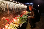 Jedes Jahr am 26. April gedenken die Bewohner von Slawutitsch, einem Städtchen 45 Kilometer entfernt von Tschernobyl wo heute die meisten damaligen Arbeiter leben, den Opfern der Atomkatastrophe. (Bild: Efrem Lukatsky/AP)