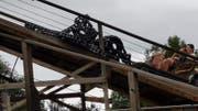 Bei Wodan im Europapark ist aktuell die Kette gerissen und steht gerade still. (Bild: Twitter/Stephan Ernesto Fröhle)