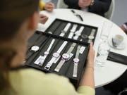 Obwohl im wichtigsten Absatzmarkt für Schweizer Uhren, Hongkong, seit Wochen der Ausnahmezustand herrscht, haben die Uhrenexporte im Juli zugelegt. (Bild: KEYSTONE/GAETAN BALLY)