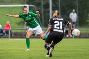 St.Gallen-Staads Valeria Iseli (links) und Kaela Lee Dickerman von Lugano haben den Ball im Blick. (Bild: Michel Canonica)