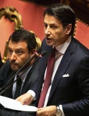Giuseppe Conte (rechts) bei seiner Erklärung – links von ihm der umstrittene Innenminister Matteo Salvini. (Bild: Keystone)