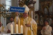 Ein sichtlich gerührter Bischof Markus Büchel mit seinem nachträglichen Geburtstagsgeschenk am Sonntag in der Kathedrale. (Bild: PD)