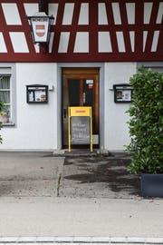 Wenige Monate nach der Neueröffnung des «Landhauses» weist ein Schild vor dem Eingang potenzielle Gäste ab. (Bild: Roman Scherrer)