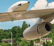 Bitte genau hinschauen: Die Drohne fliegt unter dem Flugzeugflügel durch. Bild: PD/Tobias Lackner (Luzern)