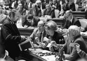 Bundesrats-Kandidatin Lilian Uchtenhagen (Mitte) und SP-Präsident Helmut Hubacher (rechts) geben bei der Bundesratswahl vom 7. Dezember 1983 ihre Stimmen ab. (Bild: Keystone)