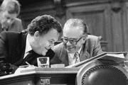 Einen kurzen Moment lang waren sie Konkurrenten im Kampf um den Bundesratssitz von Willi Ritschard: Bundesrat Otto Stich (links) und Bundeskanzler Walter Buser, 1988 im Ständerat. (Bild: Keystone)