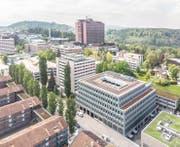 Das neue Schulhaus von Xund an der Spitalstrasse im Vordergrund, dahinter das Hochhaus des Kantonsspital Luzern. (Bild: PD)