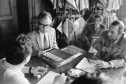 Walter Buser 1971 an einer Medienkonferenz, damals noch als Vizekanzler. (Bild: Keystone)