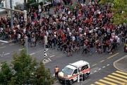 Fans von Roter Stern Belgard ziehen in Richtung Stade de Suisse. (Bild: Keystone)