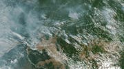 Aus der Luft sind die Rauchschwaden deutlich zu erkennen. (Bild: EPA)