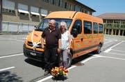 Josef und Mariann Mehri bei der Verabschiedung mit ihrem Schulbus. (Bild: PD)