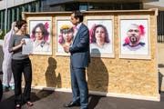 Roman Mazzotta, Schweizer Länderchef von Syngenta, stellt sich persönlich vor die aufgefahrenen, «vergifteten» Bilder, um den Stapel mit den Petitionsunterschriften entgegenzunehmen.Bild: Publiceye