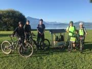 Die jungen Grünliberalen auf dem Weg nach Bern. In der Bildmitte Patrick Notter mit Veloanhänger und Solarmodul. (Bild: PD)