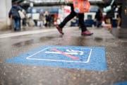 Rauchen an Bahnhöfen ist vielerorts nur noch in eng definierten Zonen auf den Perrons erlaubt. Bild: Ennio Leanza/Keystone