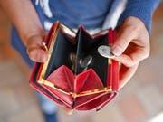 Nicht mehr viel im Portemonnaie - so geht es vielen Städtern und Singles. (Bild: KEYSTONE/GAETAN BALLY)