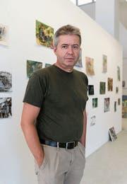 Neben seiner Tätigkeit als Galerist ist Adrian Bleisch auch Lehrer. Bild: Lisa Jenny