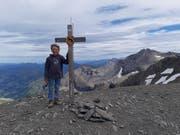 Erstmals auf dreitausend Metern: der Sohn des Autors auf dem Gipfel des Arpelistocks. Bild: Niklaus Salzmann