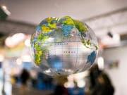 Umweltfreundliches Reisen soll belohnt und das Reiseverhalten hinterfragt werden: Der Verkehrs-Club der Schweiz lanciert einen Wettbewerb für Gymnasialklassen. (Bild: KEYSTONE/CHRISTIAN BEUTLER)