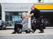 Josef und Mariann Mehri vor ihrer Garage in Grosswangen. (Bild: Dominik Wundelri, 21. August 2019)