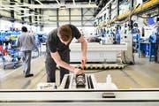 Ein noch stärkerer Franken könnte Schweizer Unternehmen vor Probleme stellen. Hier ein Bild eines Maschinenbauers der Firma Fritz Studer AG. (Bild: Christian Beutler/Keystone (Steffisburg, 19. April 2019))