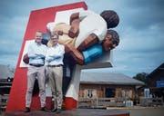 Stephan Schleiss (links) und Karl Kobelt vor der Esaf-Skulptur auf dem Zuger Stierenmarktareal. Bild: Stefan Kaiser (Zug, 13. August 2019)
