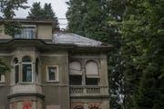 Teilansicht des Gebäudes an der Obergrundstrasse 99 in Luzern. Das Dach ist nur notdürftig mit Plastikblachen abgedeckt. Bild: Dominik Wunderli (Luzern, 23. August 2019)