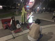 Auch ausserhalb der Festzelte gibt es genügend Unterhaltung. Diese Strassenkünstlerin macht Musik mit Puppen. (Bild: Rahel Hug)