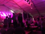 Das Publikum tanzt auf den Bänken in der Gabenbeiz. (Bild: Andrea Muff)