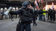 24. November 2018: Eine Handvoll Demonstranten der Partei national orientierter Schweizer (Pnos) wendet sich gegen den Migrationspakt. Die Polizei trennt die Pnos-Anhänger von Hunderten von Gegendemonstranten. (Bild: Keystone/Georgios Kefalas)