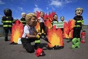 Demonstranten machen sich über die Staatschefs der G7 lustig. (Bild: Peter Dejong/AP, Biarriatz, 23. August 2019)