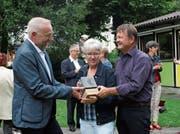 Bankratspräsident Daniel Dillier (links) überreicht Kiss-Präsidentin Pia Halter und Geschäftsleiter Armin Beck den Preis. Bild: Marion Wannemacher (Sarnen, 22. August 2019)