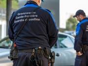 Ein Albaner und eine Griechin sind am Grenzübergang Thayngen (SH) mit vier Kilogramm Kokain - versteckt in der Stossstange - geschnappt worden. (Bild: KEYSTONE/GAETAN BALLY)