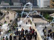 Tränengaswolken in den Strassen Hongkongs: Erneut sind die Proteste gegen das chinesische Regime ausgeartet. (Bild: KEYSTONE/AP/VINCENT YU)